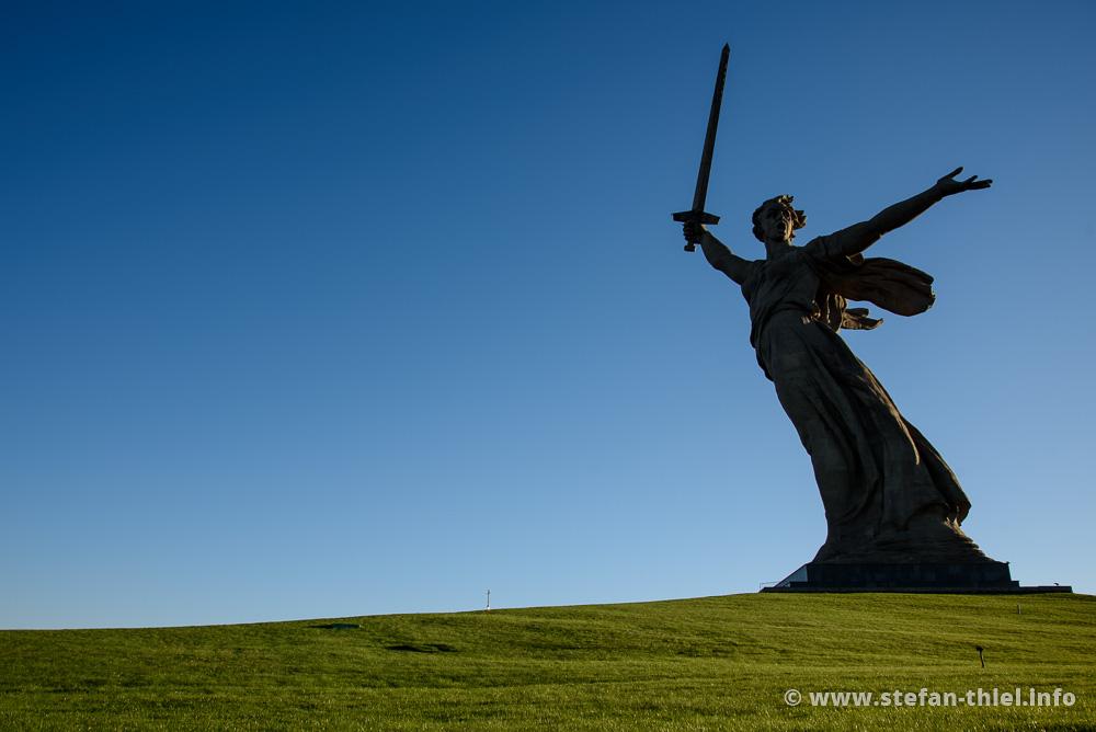 Mutter Heimat Statue in Wolgograd. Die Dimensionen sind gigantisch. 85 Meter von der Fußsohle bis zur Schwertspitze und ein Gewicht von 7.900 Tonnen (ohne Sockel)