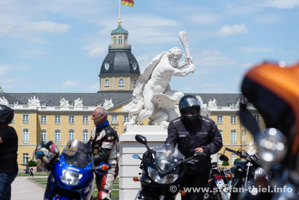 Immer kräftig drauf auf die Motorradfahrer - Biker Demo Karlsruhe 04.07.2020